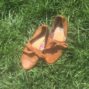Adorable Steve Madden faux leather lace up flats!